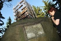 Na nenápadném vrchu vysokém 637 m.n.m. v katastru Vratislavic nad Nisou vyrůstá dřevěná rozhledna. Se zábradlím bude vysoká 20 metrů, bude mít šest pater po 3 metrech. Stavba rozhledny bude dokončena ve třetí dekádě června.