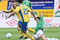 HOŘKÁ VZPOMÍNKA. Loňské vyřazení v 3. předkole Evropské ligy s kyperským Apoelem Nikósie je pro hráče, vedení i fanoušky Baumitu Jablonec ještě dnes noční můrou. Na snímku ze srpna 2010 uniká Pinto (č. 23) jabloneckému Eliášovi.