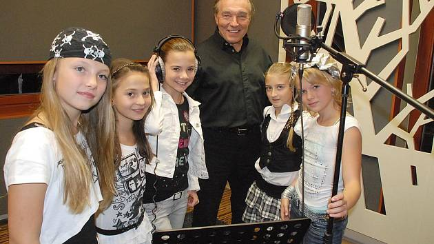 5ANGELS A KAREL GOTT. Pětice andílků nahrávala písničku s Karlem Gottem.