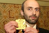 Nový primátor Liberce Jan Korytář poprvé včera večer po svém zvolení vyzkoušel, jaké to je ozdobit svou hruď primátorským řetězem.