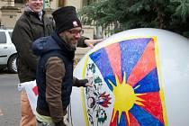 KACANOVŠTÍ vyvěsili v Praze naproti Čínské ambasádě velký balón s tibetskou vlajkou a odkazem na web tibetneexistuje.cz