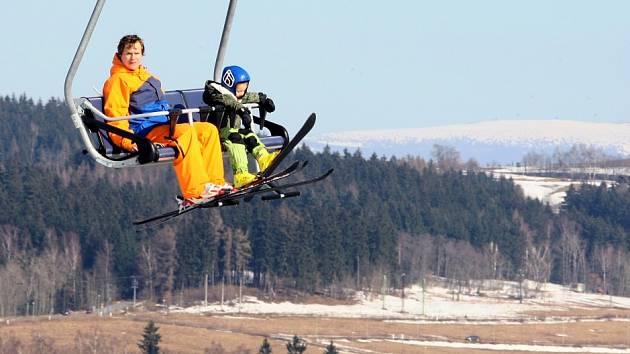 JARNÍ POČASÍ na sjezdovky přilákalo tisíce lyžařů. Ssezóna ale končí, lidé pomalu vytahují kola