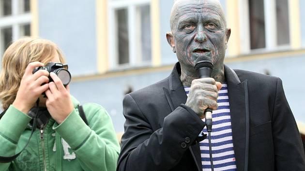 TOUR DE FRANZ. Tak se jmenuje spanilá jízda Vladimíra Franze, nejkontroverznějšího prezidentského kandidáta.