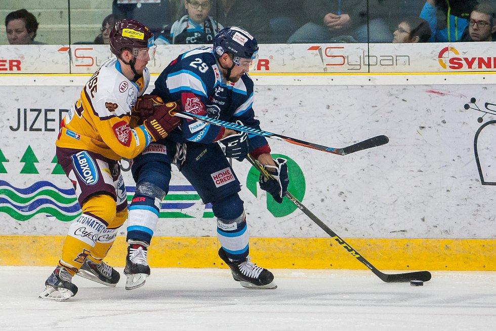 Dohrávka zápasu 11. kola Tipsport extraligy ledního hokeje se odehrála 26. února v liberecké Home Credit areně. Utkaly se celky Bílí Tygři Liberec a HC Dukla Jihlava. Na snímku vpravo Lukáš Krenželok.