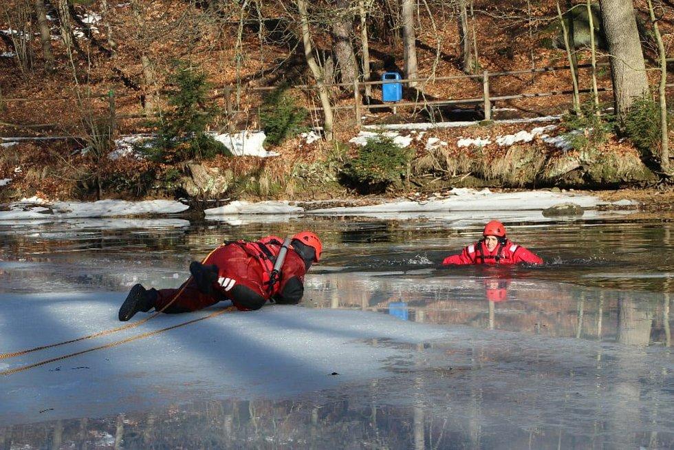 Hasiči z Vratislavic nacvičovali na přehradě záchranu člověka.