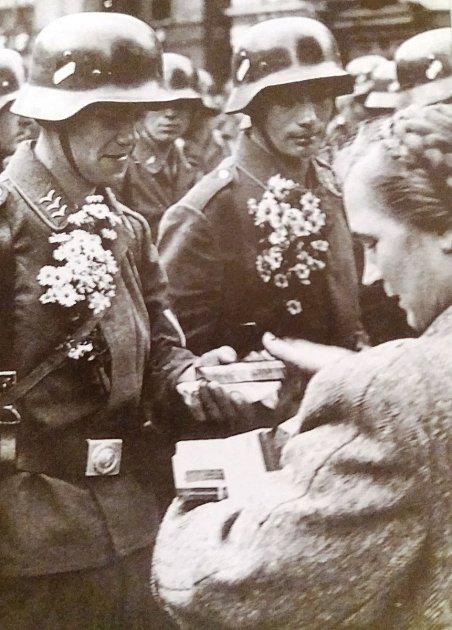 Němečtí letci, kteří se zúčastnili přepadení Polska, dostali 7.10.před libereckou radnicí malé dárky. Německé vítězství vPolsku bylo halasně oslavováno nejen vLiberci, ale vcelém pohraničí.
