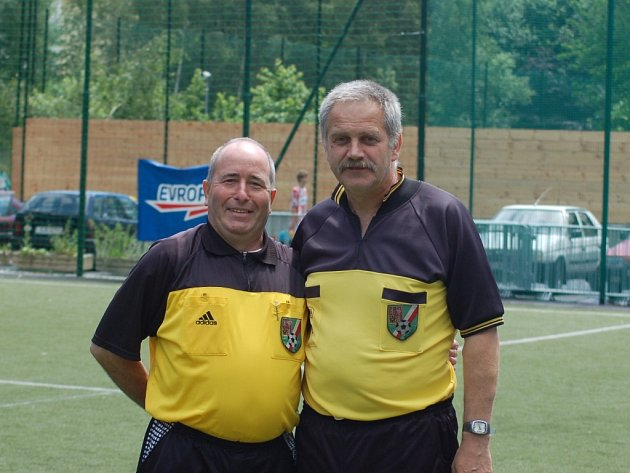 ZKUŠENÍ BORCI. Liberečtí sudí Josef Mařík (vlevo) a Jaroslav Šubrt  odpískali řadu utkání i v Česku, nyní působí v kraji.