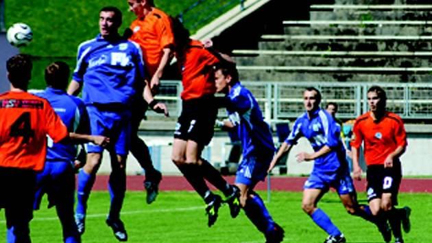 BÉČKO NEUSPĚLO. V situaci na snímku sice nejvýše vyskočil útočník Slovanu Liberec B Josef Němec, ale celkově bylo ve včerejším utkání více do skoku hráčům Dvora Králové, kteří vyhráli 3:1.