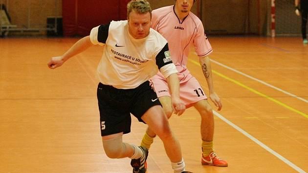 PRINTMAX TTNF B 3:3. V bílém je vpředu s míčem hráč Printmaxu Vávra.