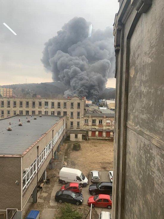 Požár v průmyslové zóně v Chrastavě, kde hoří hala společnosti Grupo Antolin.