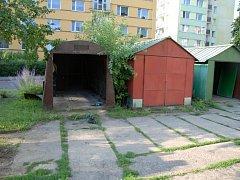 Plechové garáže mizí ze sídliště.