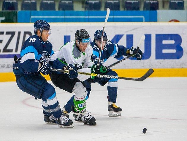 Přátelské utkání mezi týmy Bílí Tygři Liberec a BK Mladá Boleslav se odehrálo 9. srpna v liberecké Home Credit areně. Na snímku zleva Tyler Redenbach a Vladimír Emiger.