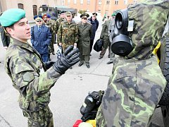 Vojenští a letečtí přidělenci akreditovaní v České republice na rok 2010 navštívili chemickou brigádu. 24 zahraničních vojáků se seznámilo s úkoly a možnostmi liberecké brigády při nasazení na zahraničních misích.