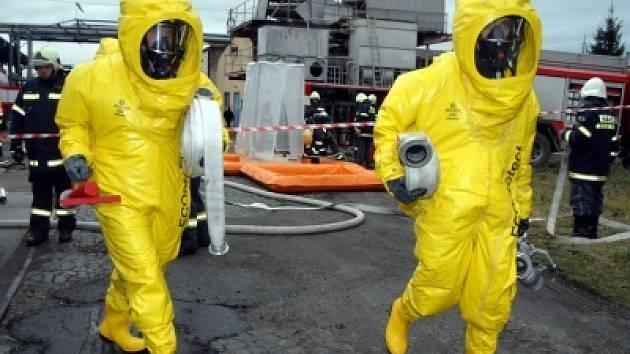 Příšovické mrazírny zasáhla havárie chladicího zařízení. Dobrovolní a profesionální hasiči si vyzkoušeli spolupráci při cvičení fiktivního úniku chlóru.