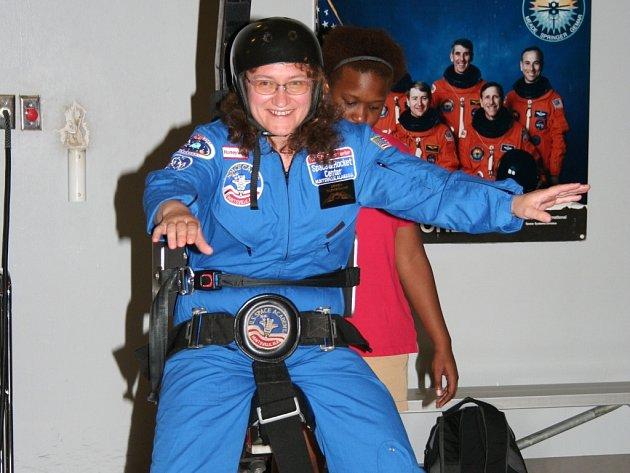 Chůze po Měsíci. Vladimíra Erhartová zažila ve Vesmírné akademii mnoho nezapomenutelných zážitků. Jedním z největších byla simulace měsíčního povrchu.