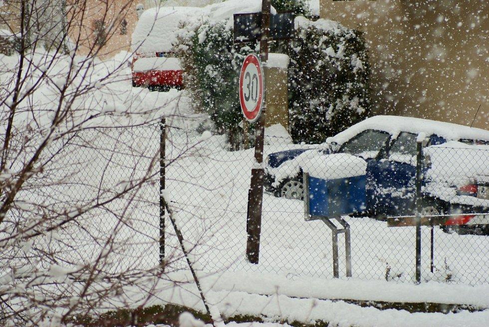 Se sněhem si museli poradit také řidiči.