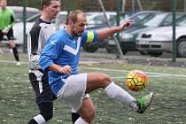 DOHRÁVKA I. A TŘÍDY NA HARCOVĚ. U míče je ruprechtický Vladimír Antoš, za ním Petr Halama z Rapidu.