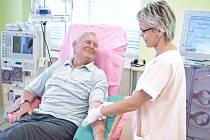 Den ledvin. Na snímku pacient na dialyzační jednotce.