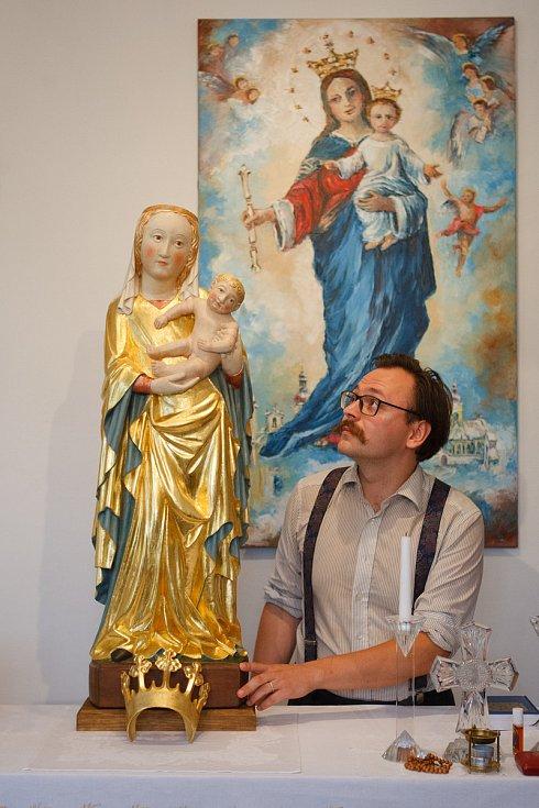 Do kostela v Raspenavě se vrátila zrestaurovaná gotická soška Madony. Na snímku je restaurátor Vojtěch Verner