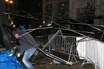 Silný vítr rozmetal v sobotu večer stany před libereckou radnicí při koncertě skupiny Horkýže Slýže.