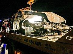 Ohořelé zbytky vozidla po srážce u Bílého Kostela.