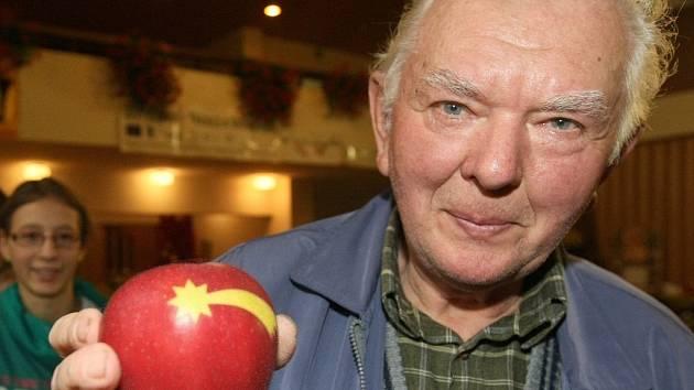Josef Thoř. Člověka, který se pěstitelstvím jabloní zabývá celý život a za svou odrůdu šťavnaté a křehké Bohemie získal dokonce jakousi Thálii mezi ovocnáři Křišťálové jablko.