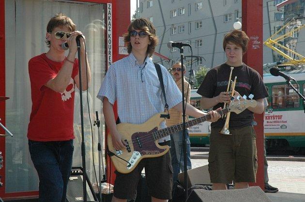 DUHOVÉ MĚSTO. Své umění představila v ulicích Liberce také kapela Doo When Blade.