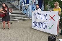 Odpůrci těžby v polském dole Turów protestovali ve středu 16. června před sídlem Libereckého kraje v Liberci.