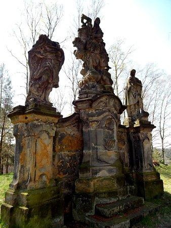 SOUSOŠÍ TŘÍ SVATÝCH vOsečné. Spolu skompozičně a tematicky podobnými sousošími vČeském Dubu a Hodkovicích nad Mohelkou tvoří významnou barokní památku zdílny Matyáše Brauna.