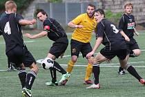 NA HARCOVĚ VYHRÁLY VRATISLAVICE. V azylu hrající Vratislavičtí dokázali těsně porazit Frýdlant B 1:0. Na snímku je uprostřed vratislavický hráč David Slavík (ve žlutém).