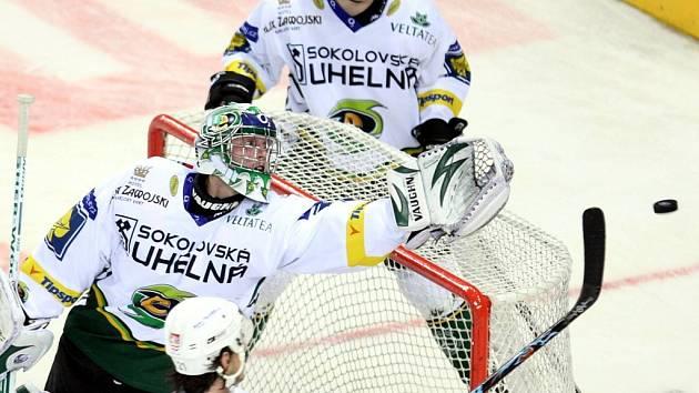 Bílí Tygři porazili Karlovy Vary díky dvěma brankám v posledních dvou minutách.