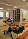 Oddělení rehabilitace má větší prostory určené pro cvičení s pacienty.