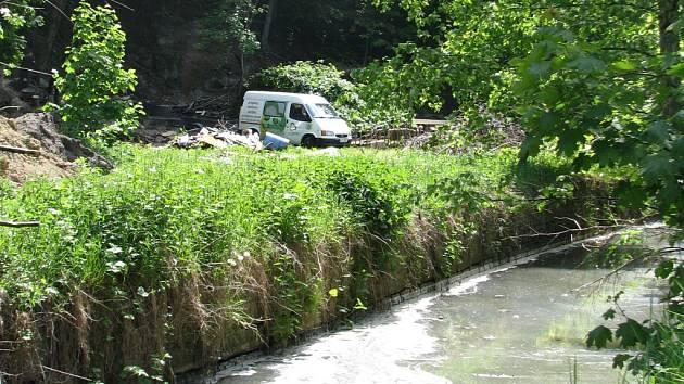 HLADINU Jizerského potoka pokrývá pěna neznámého původu. Že to býval čistý potok by řekl málokdo.