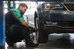 Přezouvání pneumatik v libereckém pneuservisu.