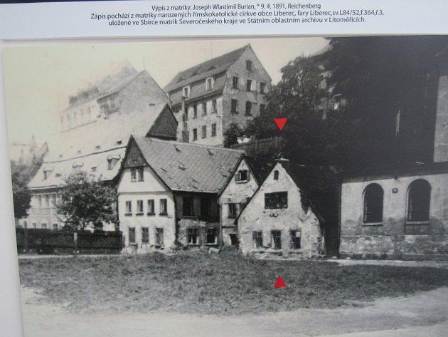 VLASTA BURIAN se narodil 9.dubna 1891vchudinské čtvrti za kavárnou Nisa, vLucemburské ulici. Jeho dům už nestojí. Připomíná ho jen stará fotografie vCentru Vlasty Buriana vŠiroké ulici nedaleko jeho rodiště. Na místě je už dnes jen prázdná proluka.