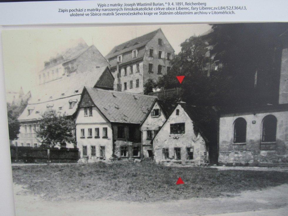 VLASTA BURIAN se narodil 9. dubna 1891 v chudinské čtvrti za kavárnou Nisa, v Lucemburské ulici. Jeho dům už nestojí. Připomíná ho jen stará fotografie v Centru Vlasty Buriana v Široké ulici nedaleko jeho rodiště. Na místě je už dnes jen prázdná proluka.
