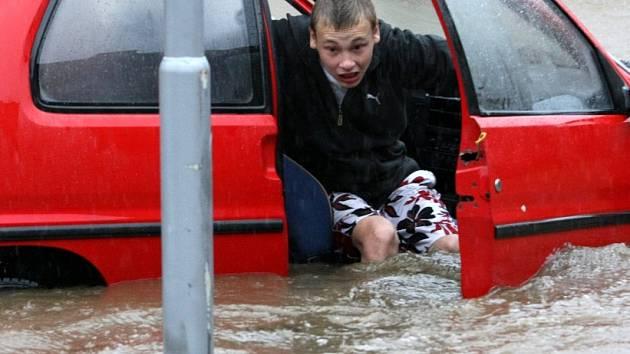 Úprak z auta, které voda zaplavovalal neuvěřitelnou rychlostí - Frýdlantsko.