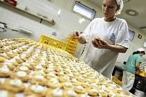 PEKÁRNY PEČOU VÁNOČNÍ CUKROVÍ. I přes probíhající hospodářskou krizi počítají liberecké pekárny s tím, že prodají stejně vánočního cukroví jako vloni. Nejvíce lidé kupují linecké. Naopak útlum nastal v prodeji vanilkových rohlíčků.