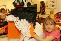 I ČARODĚJNICKÉ KLOBOUKY vyráběly děti v sobotu v Oblastní galerii.