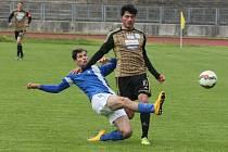 DALŠÍ PORÁŽKA JUNIORKY. V modrém je v obranném zákroku proti Kubilayi Yilmazovi je domácí Dominik Šustr.