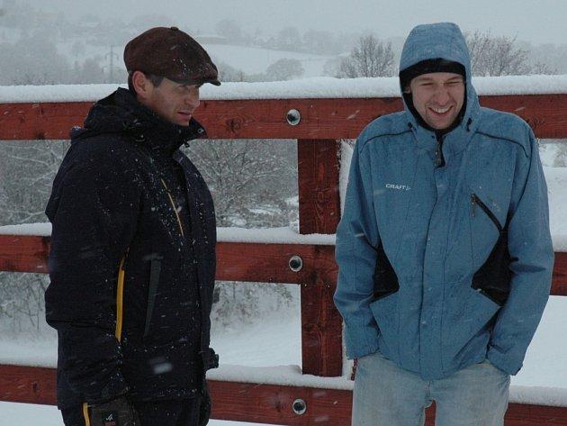JÜRG CAPOL SI PROHLÉDL VESEC. Šéf sekce běhu na lyžích Jürg Capol (vlevo) z mezinárodní organizace FIS si v doprovodu sportovního ředitele Michala Lamplota prohlédl běžkařský areál.