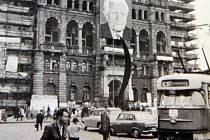 Atmosféra na libereckém náměstí Bojovníků za mír (dne Dr. E. Beneše) v srpnu 1968. Libereckou radnici ozdobil portrét prezidenta Ludvíka Svobody s černou fanglí (snímek dosud nepublikován).