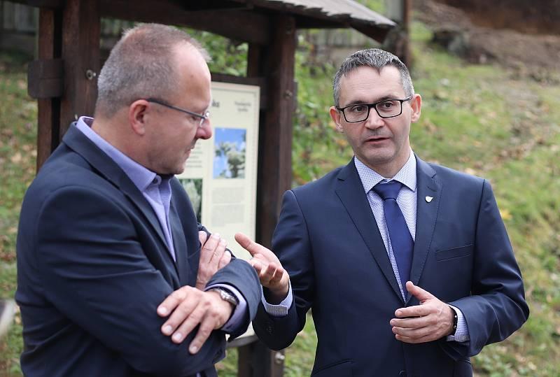 Hydrogeolog Tomáš Vylita a majitel společnosti Kitl Jan Vokurka.