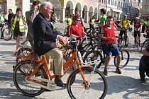 JARNÍ CYKLOJÍZDU z Liberce do Jablonce nad Nisou si nenechal ujít ani patron akce, velvyslanec Nizozemska Hoeks.