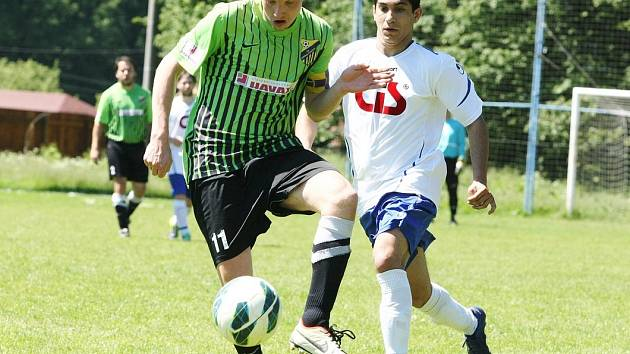 V KRÁSNÉ STUDÁNCE remizovali fotbalisté z Nového Města pod Smrkem. Vlevo je domácí Jirousek, v bílém David z Města.