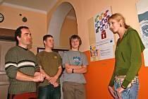 POVÍDÁNÍ K PLAKÁTU. Profesor Jiří Zenkl se svými studenty vysvětluje dvě významové roviny anglického textu plakátu.