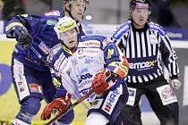 Hokejové utkání Tipsport extraligy v ledním hokeji mezi HC ČSOB Pojišťovna Pardubice (v bílém) a Bílý Tygři Liberec (v modrém) v pardubické ČEZ Areně.