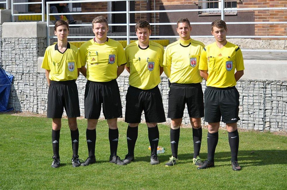 Rozhodčí Marek Bohuš (druhý zleva).
