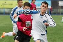 SLOVAN ÚTOČÍ. V bílém jde za míčem liberecký Denis Maňkoš, jehož střela rozhodla o třech bodech.