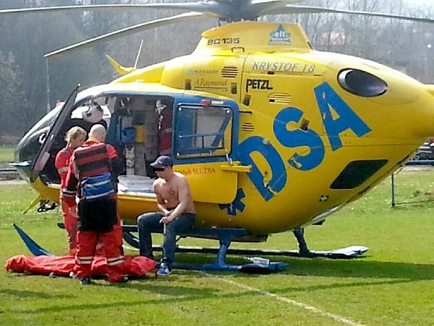 Fanouška s popáleninami na břiše transportoval do nemocnice vrtulník záchranářů. A to přímo z fotbalového hřiště ve Stráži nad Nisou.